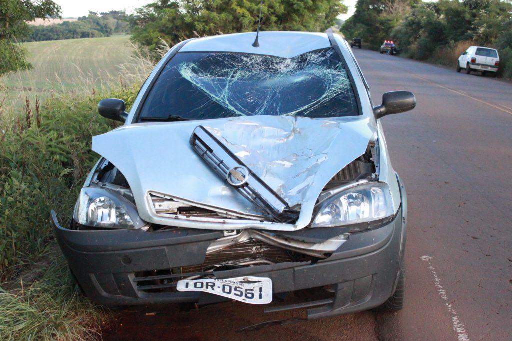 Com a força da colisão a moto ficou totalmente destruída e a caminhonete teve grandes danos.
