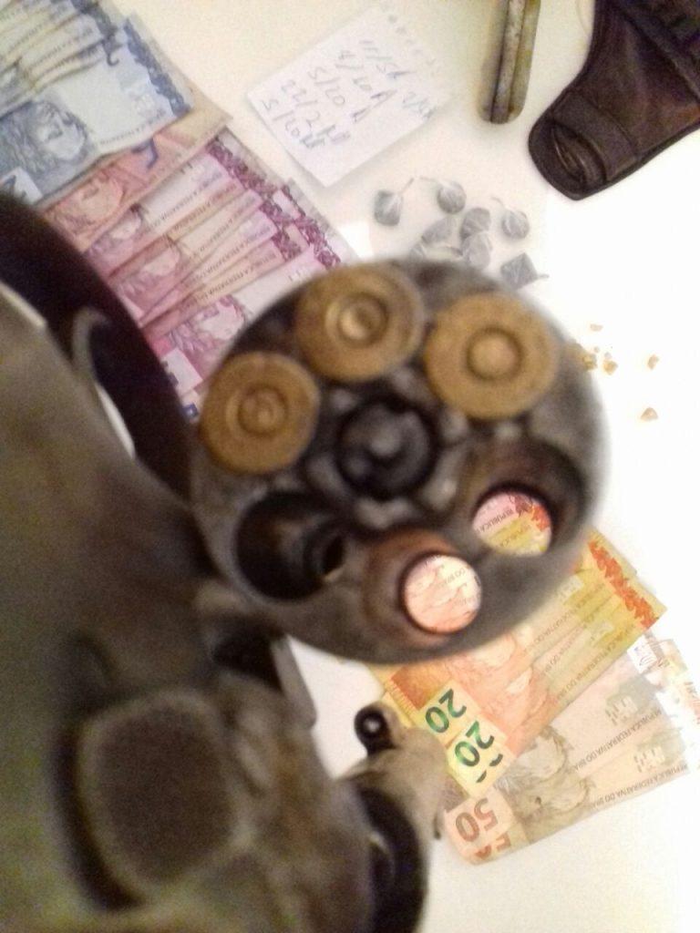 arma, drogas e dinheiro